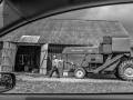 Peapreemia II. Autor: Silvi Arold. Jõgevamaa, Saare vald, Sirguvere küla, Kubja talu. Žürii kommentaar: Väga huvitav kadreering. Läbi moodsa sõiduki akna avaneb üks teine ajaaken. Vana küün pakub endiselt kaitset põllumehe tehnikale, mis on nüüd kokku saanud piiride tagant. Kui masinad oleksid inimesed, siis veel mõnikümmend aastat tagasi oleksid nad näinud üksteist vaid piltidelt. Nüüd on nad ühes peres - sama maja katuse või kaitse all.
